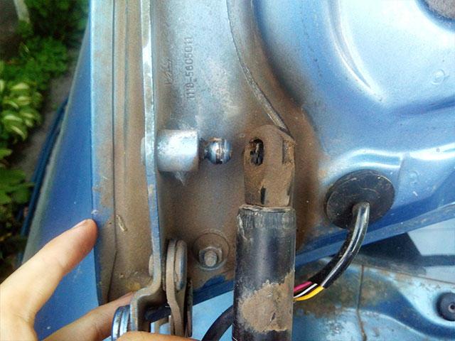 замена газовых упоров багажника